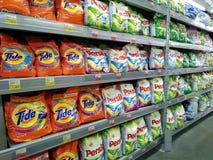 Scaffali con la varia polvere della lavanderia in un ipermercato immagini stock libere da diritti