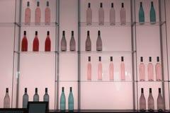 Scaffali con le bottiglie delle bevande dell'alcool Fotografia Stock