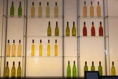 Scaffali con le bottiglie delle bevande dell'alcool Immagini Stock
