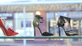 Scaffali con le scarpe in deposito stock footage
