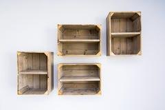 Scaffali contemporanei fatti delle scatole di verdure di legno Fotografie Stock Libere da Diritti