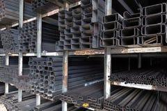 Scaffali dei tubi d'acciaio della costruzione Immagine Stock