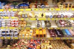 Scaffali del formaggio di drogheria Immagini Stock