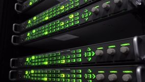 Scaffali del server del centro dati che lampeggiano le luci verde del LED Audio scaffali di telecomunicazione illustrazione di stock