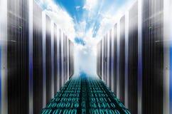 Scaffali del server con il cielo nuvoloso blu raggi luminosi della sfuocatura fotografia stock