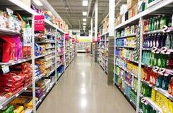 Scaffali del supermercato Fotografia Stock