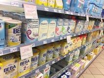 Scaffali del supermercato con il latte di formula di bambino fotografie stock
