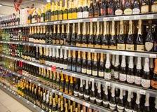 Scaffali del supermercato con le bevande alcoliche Fotografia Stock