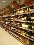 Scaffali del vino nell'ipermercato Immagini Stock