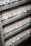 Scaffali delle provette sugli scaffali Immagini Stock