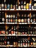 Scaffali di birra in un supermercato di specialità Fotografia Stock