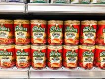Scaffali di drogheria immagazzinati con il cuoco unico Boyardee Mini Ravioli Fotografie Stock