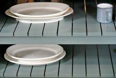 Scaffali di legno con i piatti Fotografie Stock Libere da Diritti