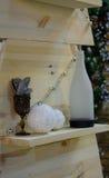 Scaffali di legno con le cose degli oggetti d'antiquariato Immagini Stock Libere da Diritti