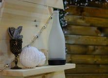Scaffali di legno con le cose degli oggetti d'antiquariato Immagine Stock Libera da Diritti
