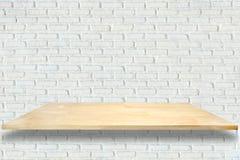 Scaffali di legno e fondo bianco del muro di mattoni fotografie stock