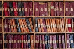 Scaffali di libro delle biblioteche Fotografie Stock Libere da Diritti