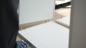 Scaffali di montaggio dell'erettore a casa archivi video