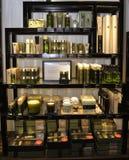 Scaffali di negozio con i prodotti cosmetici verdi, trattamenti per lei, candele aromatiche di bellezza Immagini Stock Libere da Diritti
