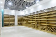 Scaffali di negozio vuoti dell'interno del supermercato immagini stock libere da diritti