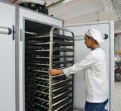 Scaffali di pane di recente al forno fotografie stock libere da diritti