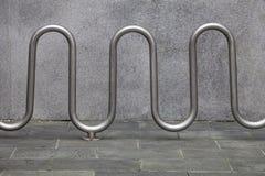 Scaffali di parcheggio della bici Immagini Stock