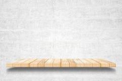 Scaffali e fondo di legno superiori vuoti del muro di cemento fotografia stock libera da diritti