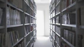 Scaffali per libri in biblioteca universitaria con i lotti dei libri video d archivio