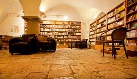 Scaffali per libri con i libri antichi nella libreria Fotografia Stock Libera da Diritti