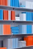 Scaffali per libri con i vari libri Fotografia Stock Libera da Diritti