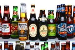 Scaffali in pieno di molte birre differenti Fotografia Stock