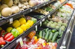 Scaffali in pieno di varie verdure organiche in deposito Fotografia Stock