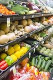 Scaffali in pieno di varie verdure organiche in deposito Fotografie Stock Libere da Diritti