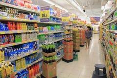 Scaffali refrigerati supermercato Fotografie Stock
