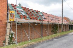 Free Scaffolding And Roof Repairs On A House In UK Royalty Free Stock Photography - 199895017