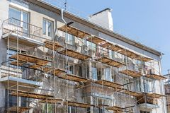 Free Scaffolding On Urban Apartment Building. Facade Renovation Of Old House. Royalty Free Stock Photography - 109797187