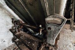 Scala abbandonata - vecchia distilleria abbandonata del corvo - il Kentucky immagini stock libere da diritti
