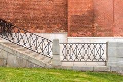 Scala accanto alla vecchia costruzione di mattone Fotografie Stock Libere da Diritti