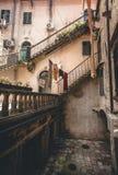 Scala al cortile di costruzione antica Fotografia Stock