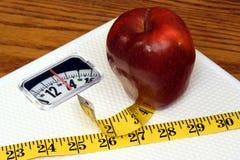 Scala, Apple e misura Fotografie Stock Libere da Diritti