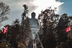 Scala che conduce a Tian Tan Buddha all'isola di Lantau fotografie stock