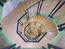 scala a chiocciola all'infinito in una vecchia costruzione Gothenburg, Svezia, 2018 immagini stock libere da diritti