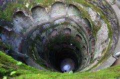 Scala a chiocciola di pietra sotto forma di pozzo Vista da sopra fotografia stock libera da diritti