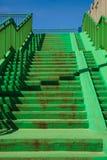 Scala concrete verdi delle scale con l'inferriata Immagini Stock