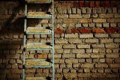 Scala contro il muro di mattoni Fotografie Stock Libere da Diritti