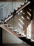 Scala d'acciaio con ombra dal sole Immagini Stock