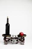 Scala d'annata su fondo bianco con alcool e la mela Immagini Stock Libere da Diritti