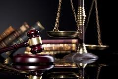 Scala del maglio del ` s del giudice e della giustizia su backgrund nero Fotografia Stock