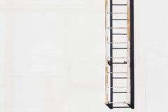 Scala del metallo sulla parete del cemento Immagine Stock Libera da Diritti