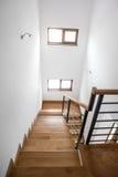 Scala del salone, interior design minimalista moderno Scala di legno con gli elementi metallici al palazzo privato Fotografia Stock Libera da Diritti